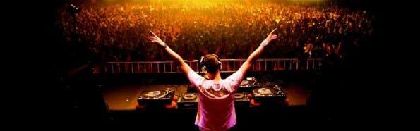 DJ Tiesto se apresentando.